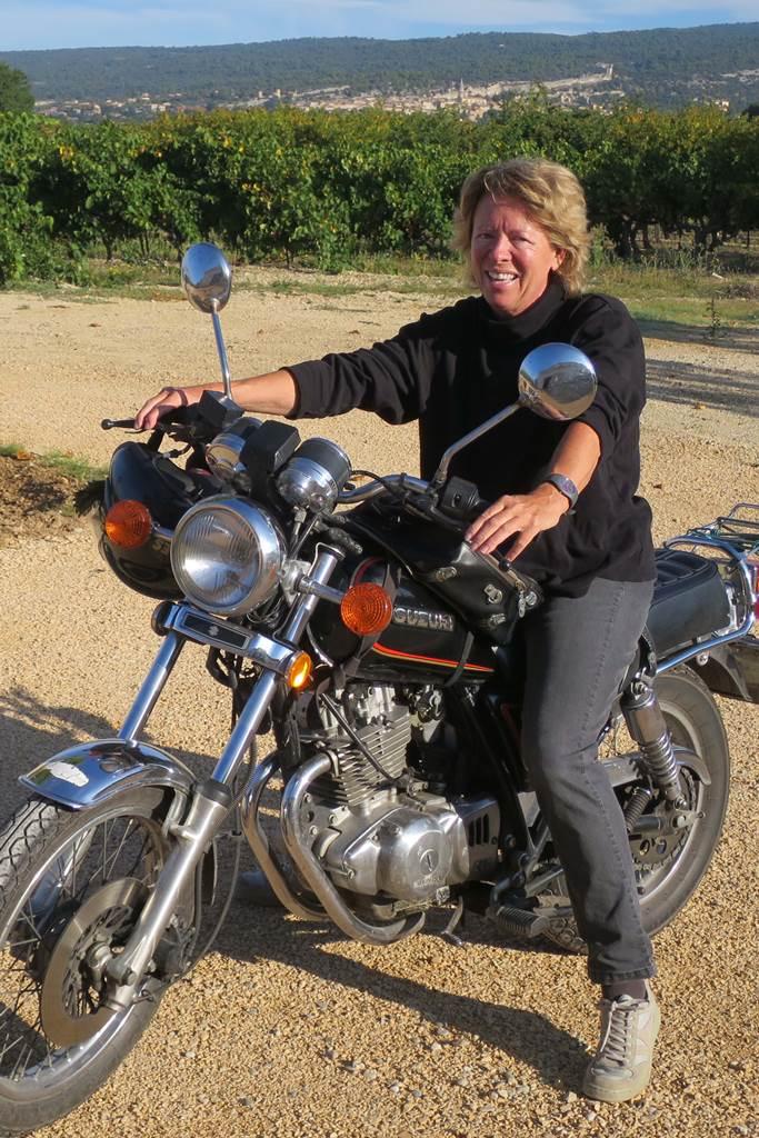Agnès le Luberon a moto