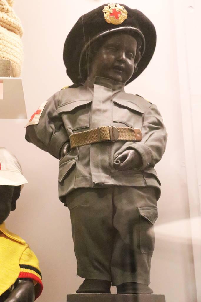 MannekenPis Bruxelles bénévole de la Croix Rouge